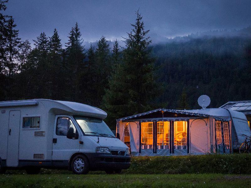 Le poêle à bois fume et les lumières sont allumées. Faites-vous attention à ne pas utiliser trop d'électricité sur le camping ?