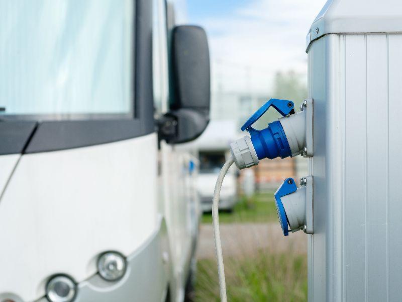 Lorsque vous réservez votre emplacement de camping, pensez à la quantité d'électricité que vous allez utiliser pendant vos vacances.