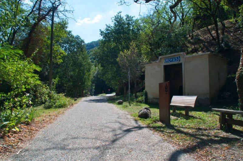 Une véritable ancienne gare le long d'une Voie Verte à Royas, en France. Vous pourrez vous y abriter si la météo est mauvaise ou tout simplement faire une pause.