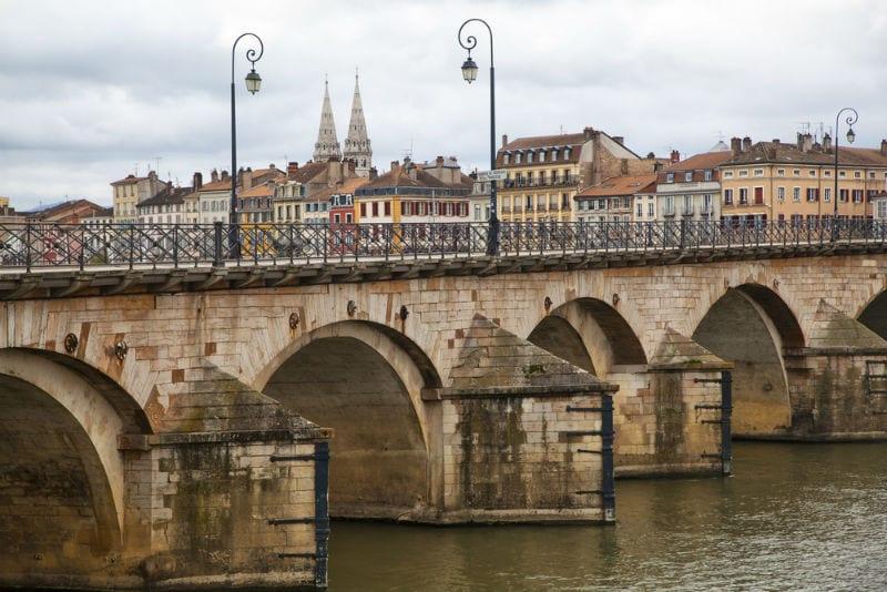 Le pont Saint-Laurent à Mâcon date du 11e siècle.
