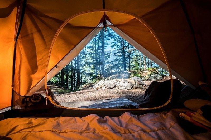 Il vaut mieux ne laisser aucun objet de valeur dans une tente. Si vous devez toutefois laisser de tels objets derrière vous, rangez-les dans la voiture ou dans le coffre-fort de l'exploitant du camping.