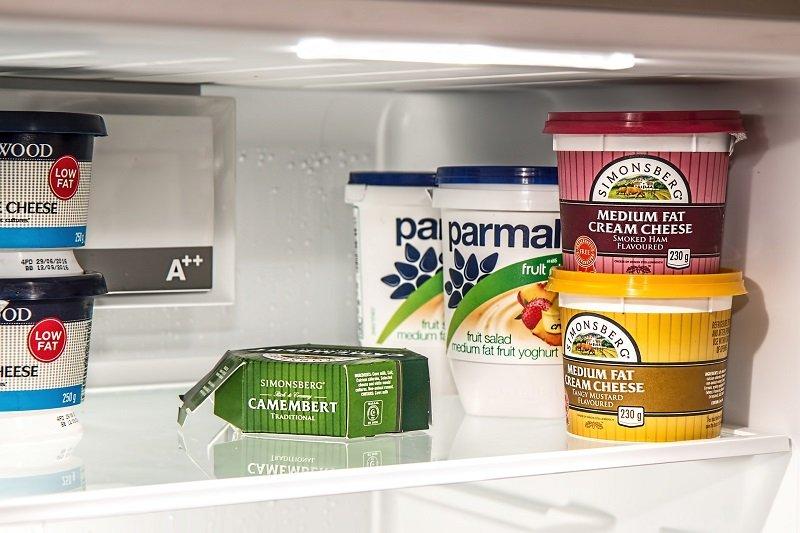 Dans un réfrigérateur bien rempli (!) le voleur ne remarquera pas un pot factice. Il suffit de l'alourdir.